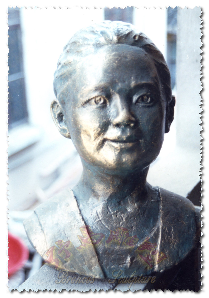 女孩肖像雕塑
